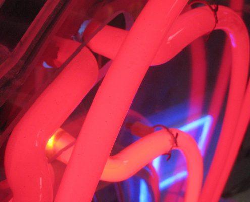 Röd neonskylt av FocusNeo