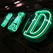 BAD gröna neonskyltar med FocusNeo i Stockholm
