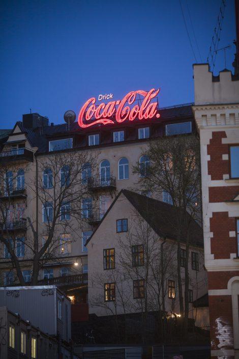 Coca-cola takskylt på byggnaden av FocusNeo i Stockholm