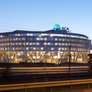 SCA takskylt i vit buliding av FocusNeo i Stockholm