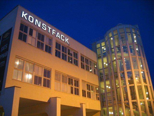 Konstfack Led skyltar med FocusNeo på natten