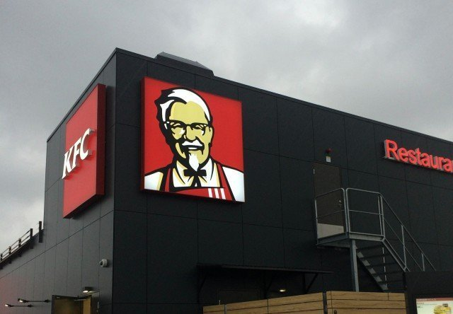 KFC ljuslåda skylt i restaurangmuren av FocusNeo i Stockholm