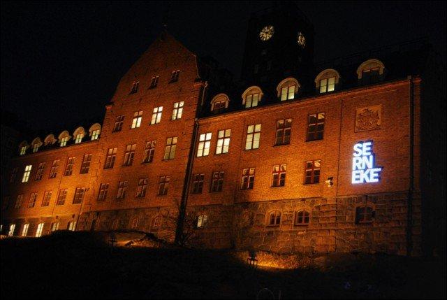 Led Skyltar Utomhus serneke byggnad med FocusNeo i Stockholm