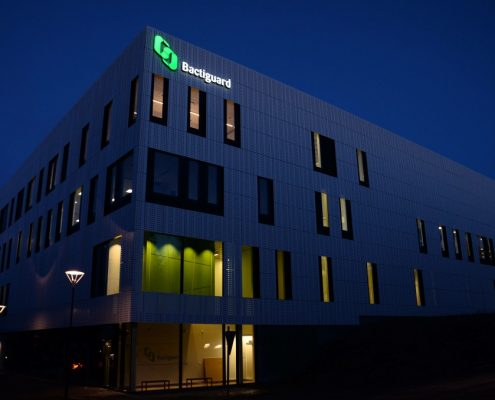 Bactiguard fasadskyltar av FocusNeo på natten