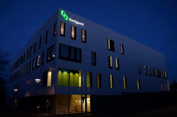 Bactiguard fasadskylt på natten | FocusNeo