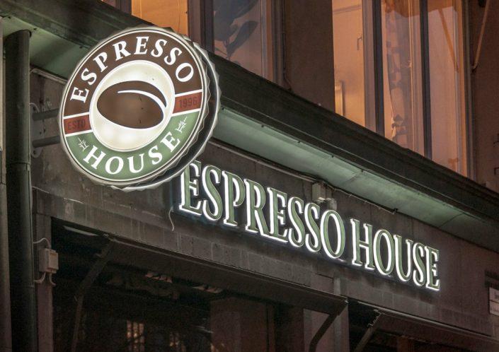 Espresso House flaggskylt på kaffevägg av FocusNeo