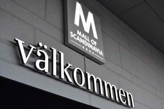 Valkommen ljuslåda skylt i Mall of Scandinavia by FocusNeo