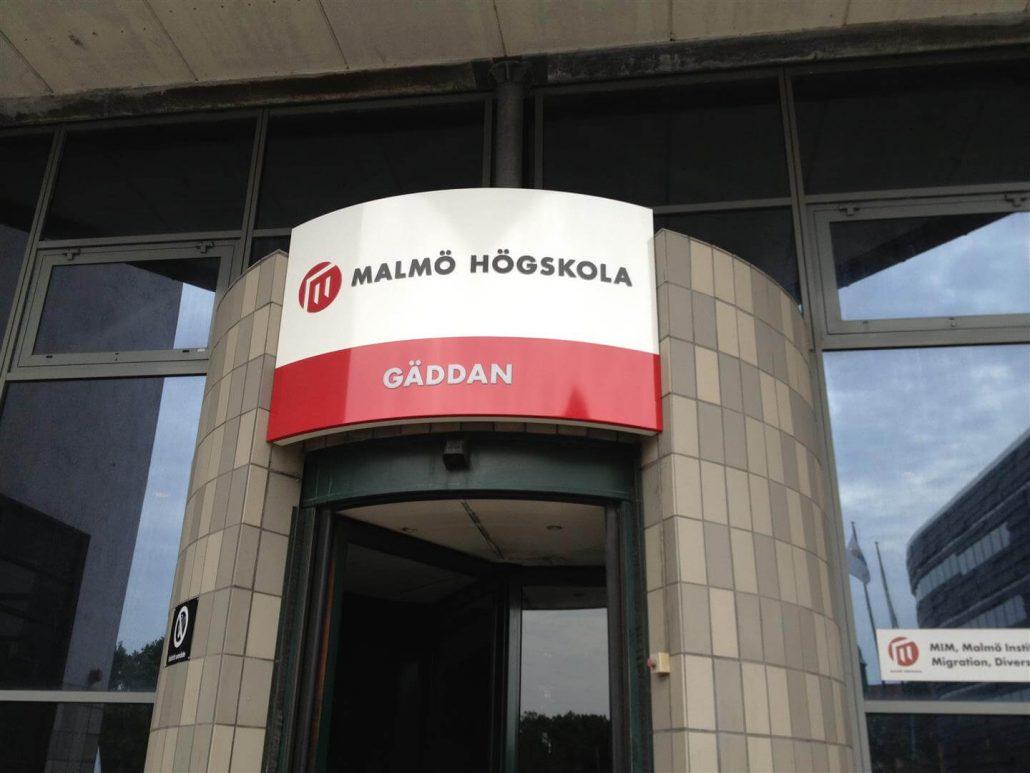 Malmo Hogskola Ljuslåda skylt i byggnad av FocusNeo