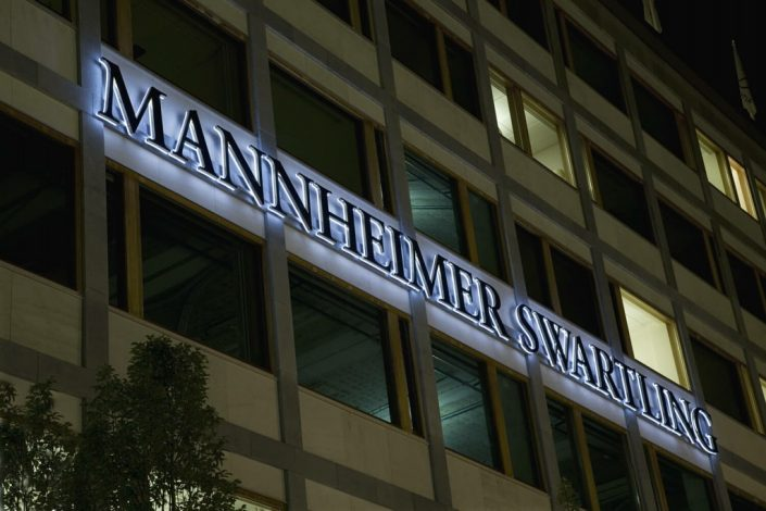 Mannheimer Swartling stor fasadskyltar med FocusNeo i Stockholm