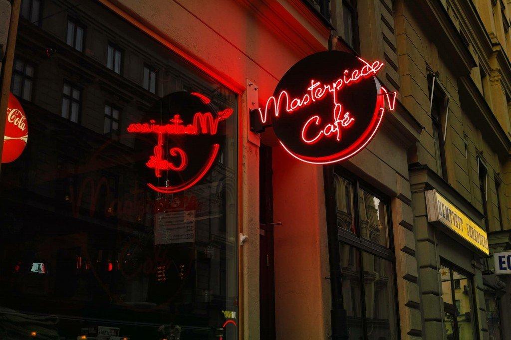 Masterpiece Café flaggskylt av FocusNeo