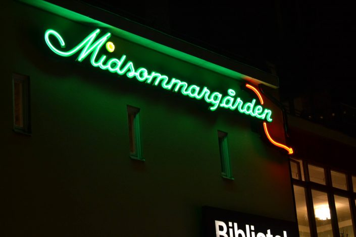 Midsommargården gröna neonskyltar av FocusNeo i Göteborg