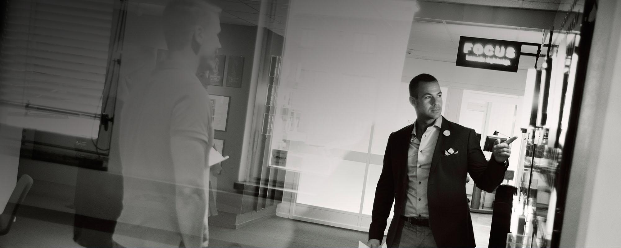 person från skyltföretag i Stockholm poserar för fotografi | FocusNeo