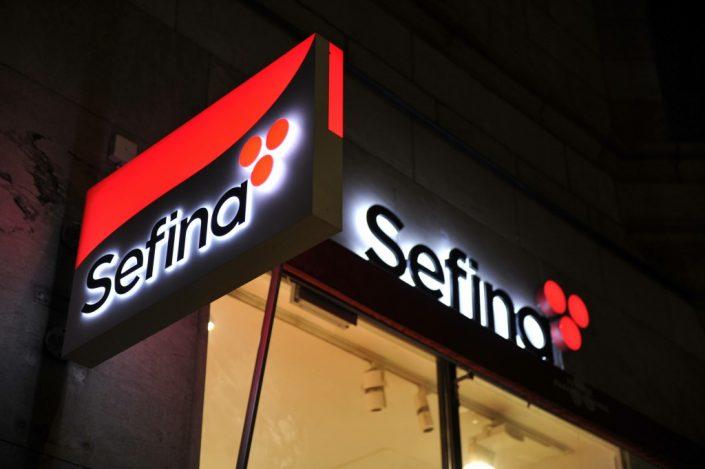 Sefina Ljuslåda skylt i byggnad av FocusNeo