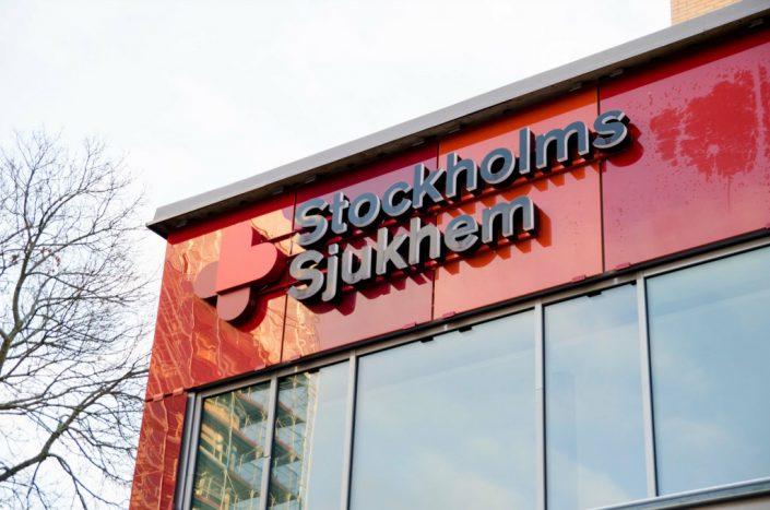 Stockholms Sjukhem fasadskyltar i sjukhusbyggnad med FocusNeo