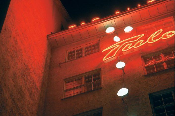 Tulo röda neonskyltar av Fokus Neon i Stockholm