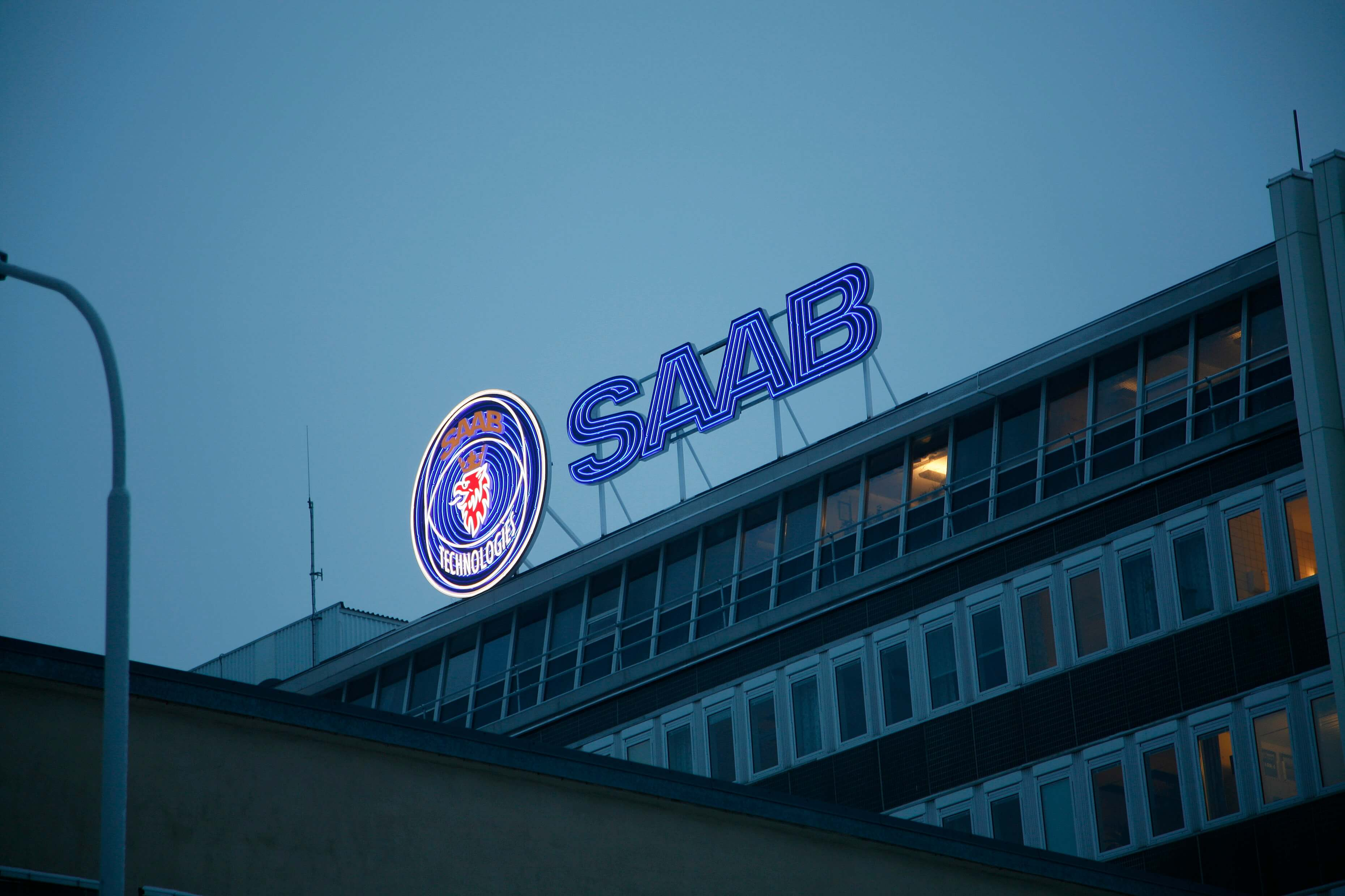 Saab takskylt på toppen av byggnaden av FocusNeo